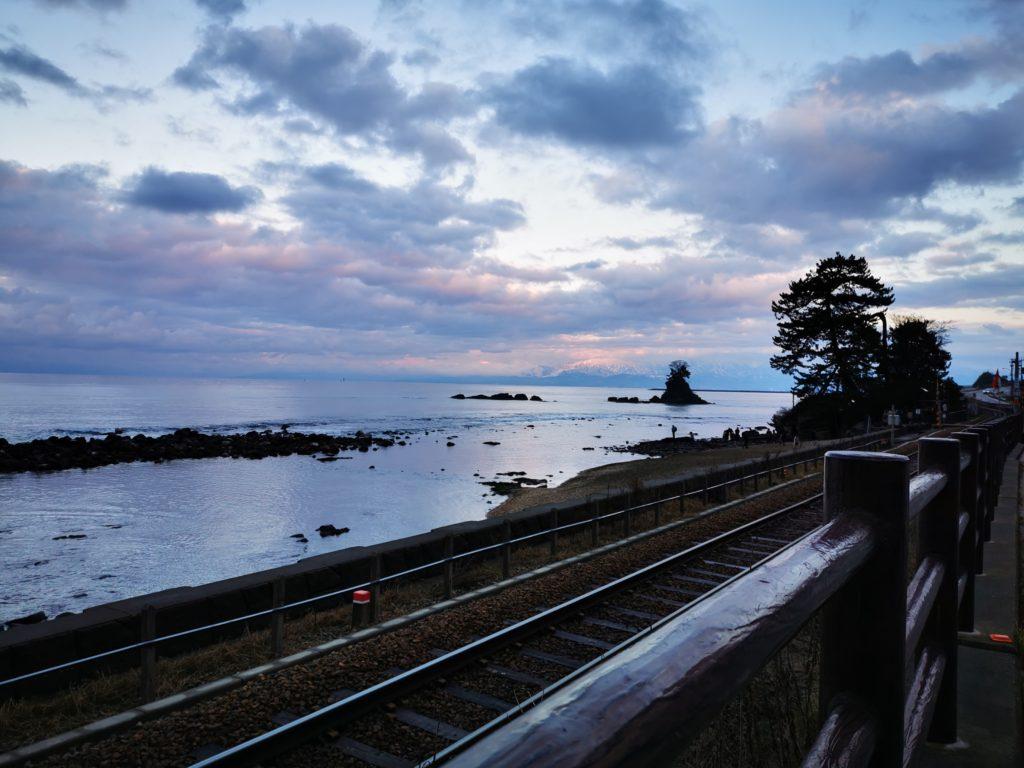 線路と雨晴海岸