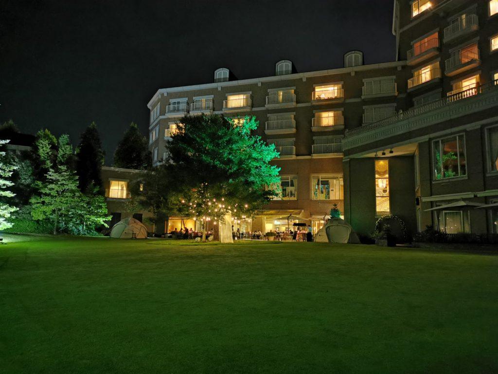 ライトアップした庭園からホテルを見る