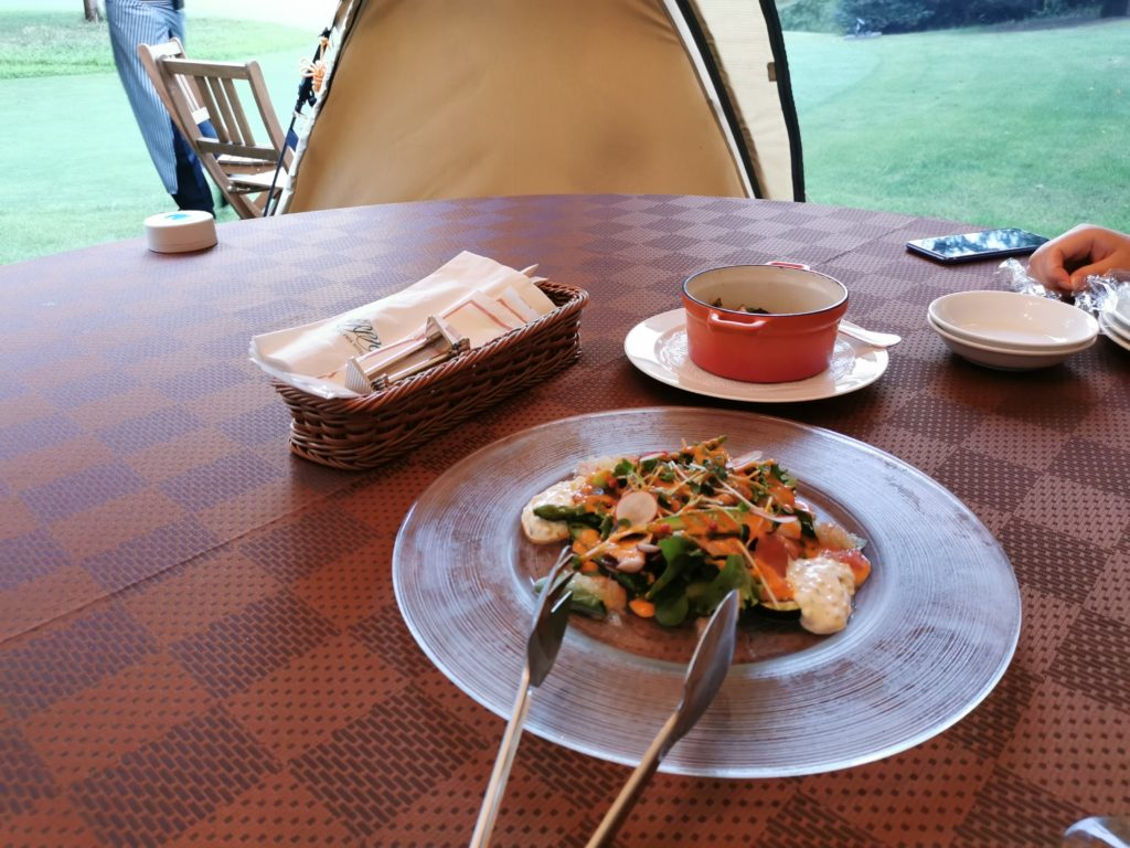 テント内で食事サラダ