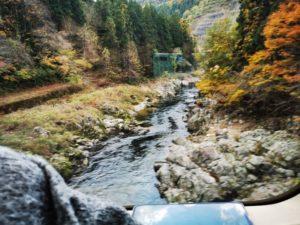 紅葉の山と川