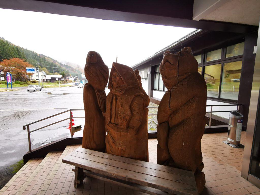 宿の入り口にある木彫り