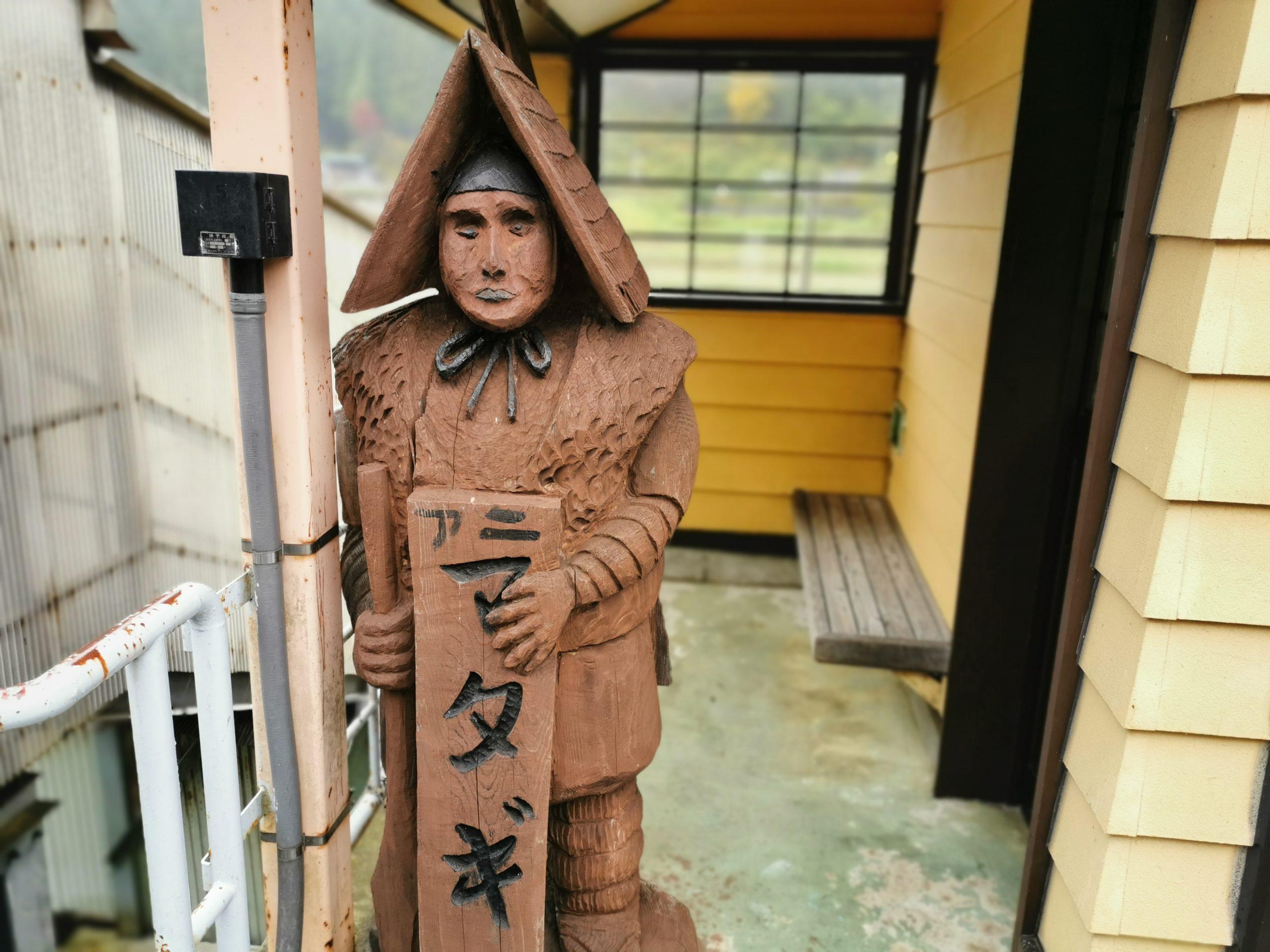 阿仁マタギ駅の木彫り