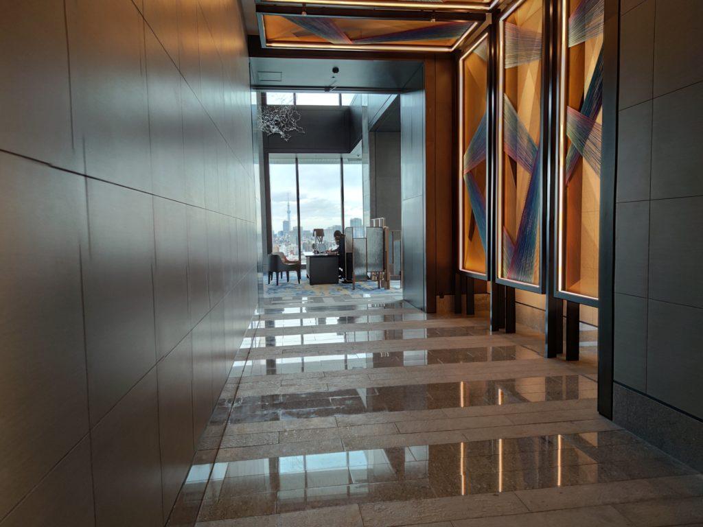 エレベーターホールからロビー