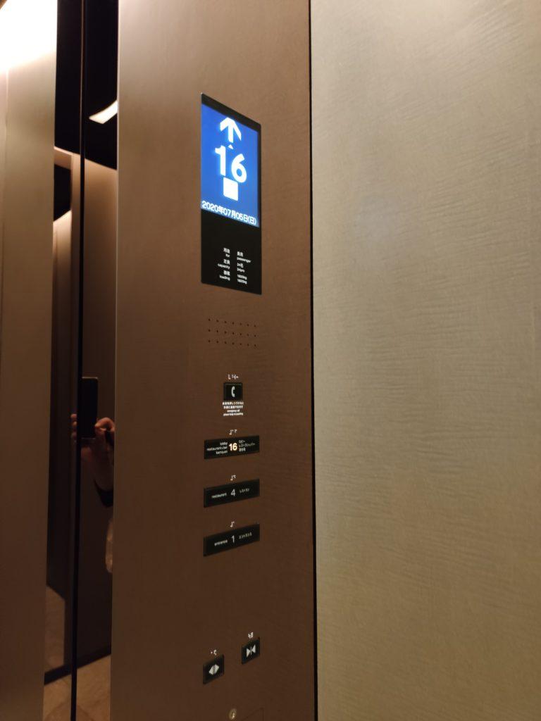 メズムエレベーターの中
