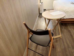室内のテーブルと椅子