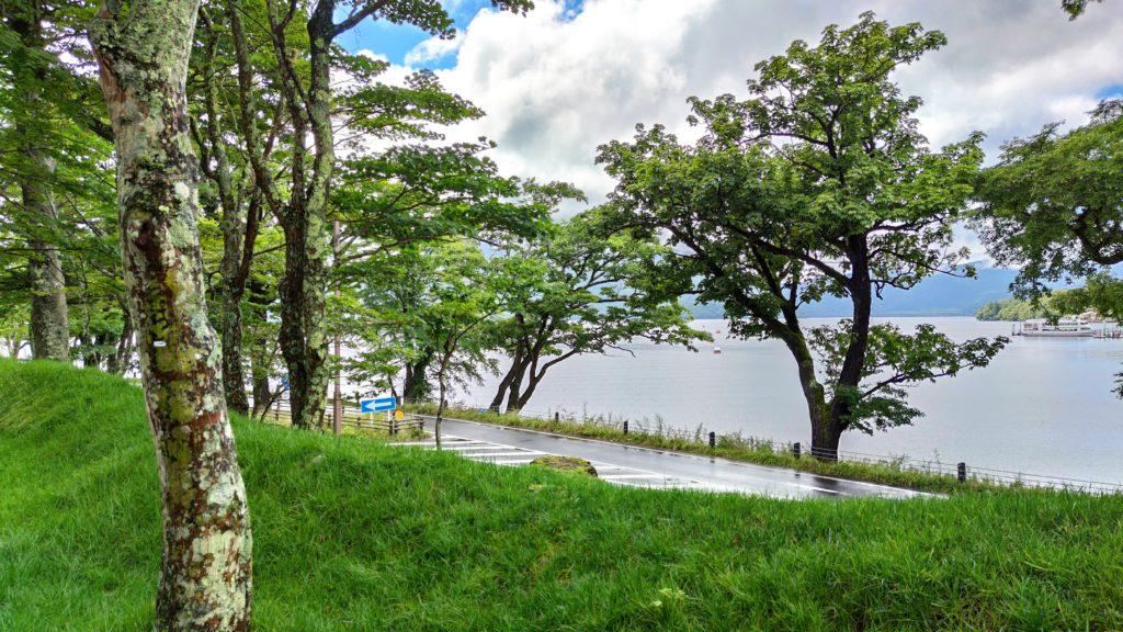 湖が見える庭園