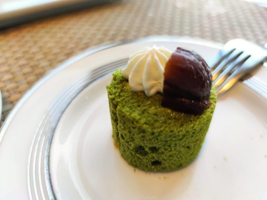 栗を添えた抹茶のロールケーキ