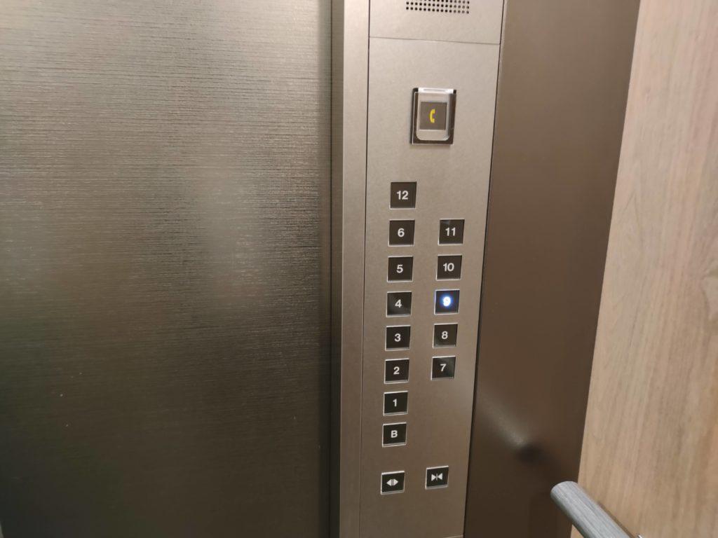 エレベータ内