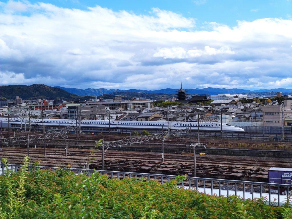 東寺の五重塔と新幹線