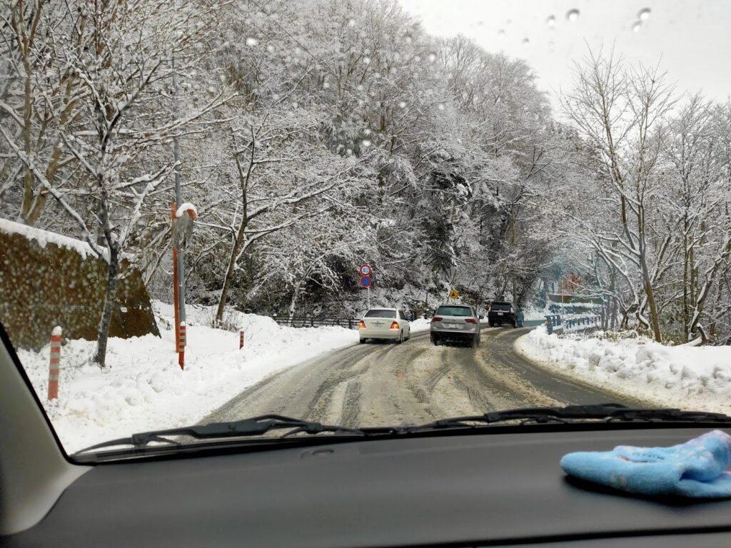 雪の峠道1