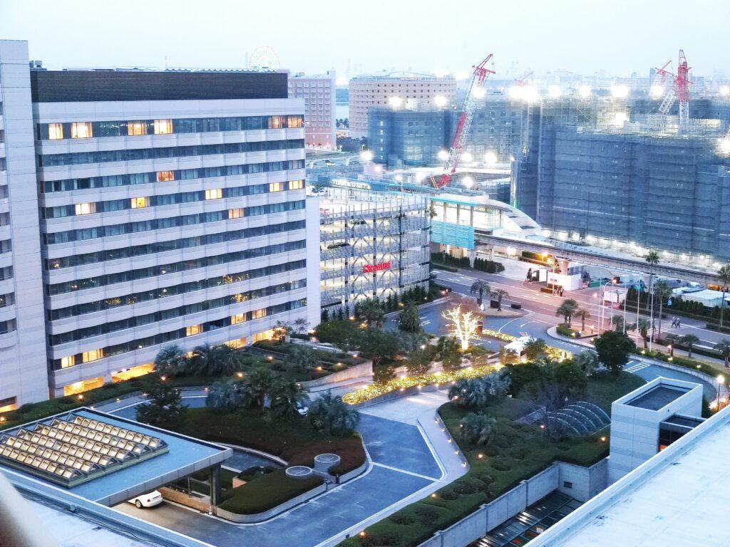 夕暮れ時のホテル