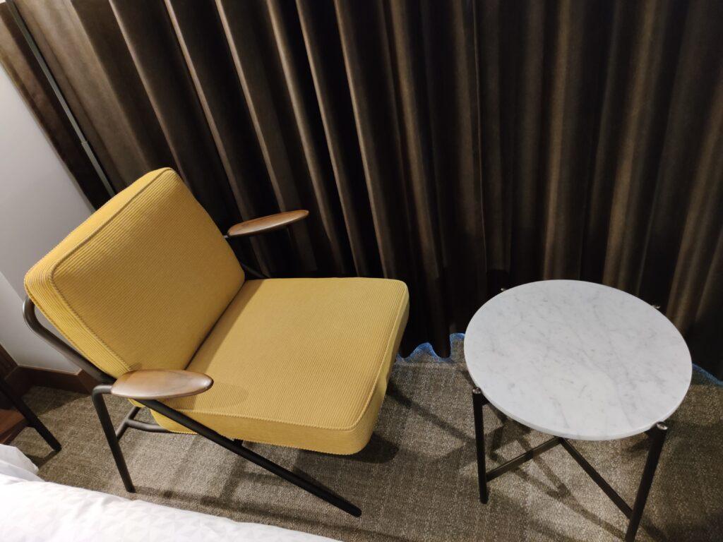 椅子と丸いテーブル