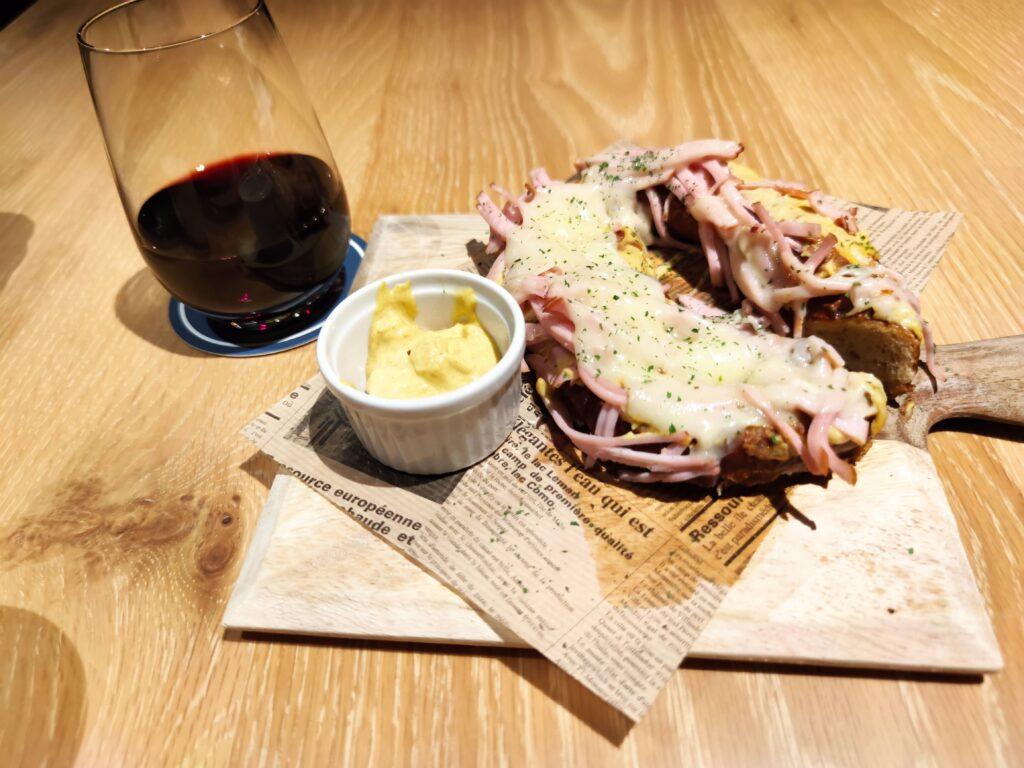 赤ワインとハム&チーズプレッツェル