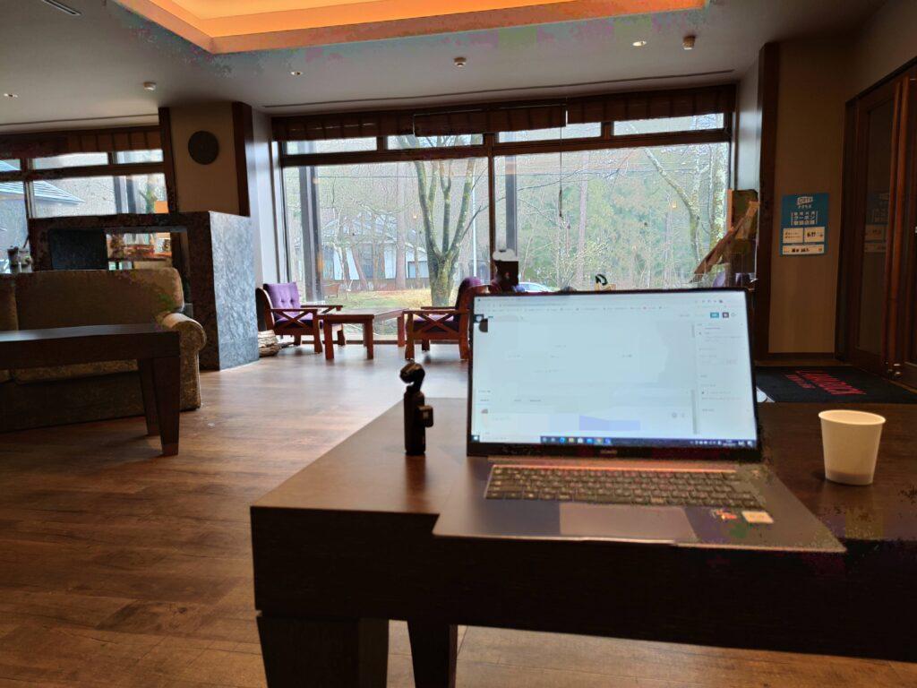 パソコンとテーブル