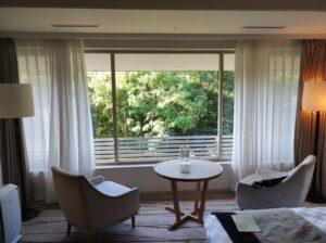 ソファーと円テーブル