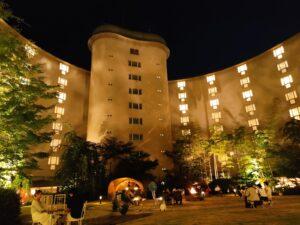 中庭からホテル