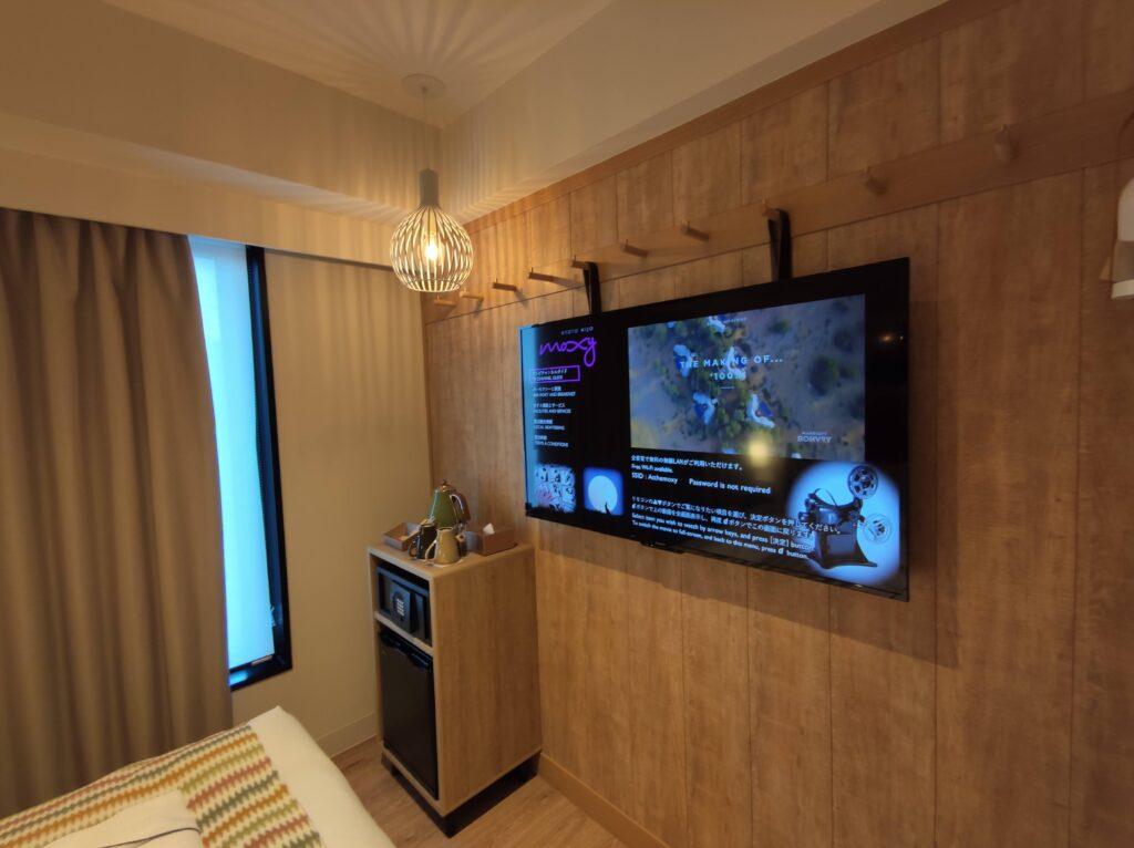 壁のテレビ