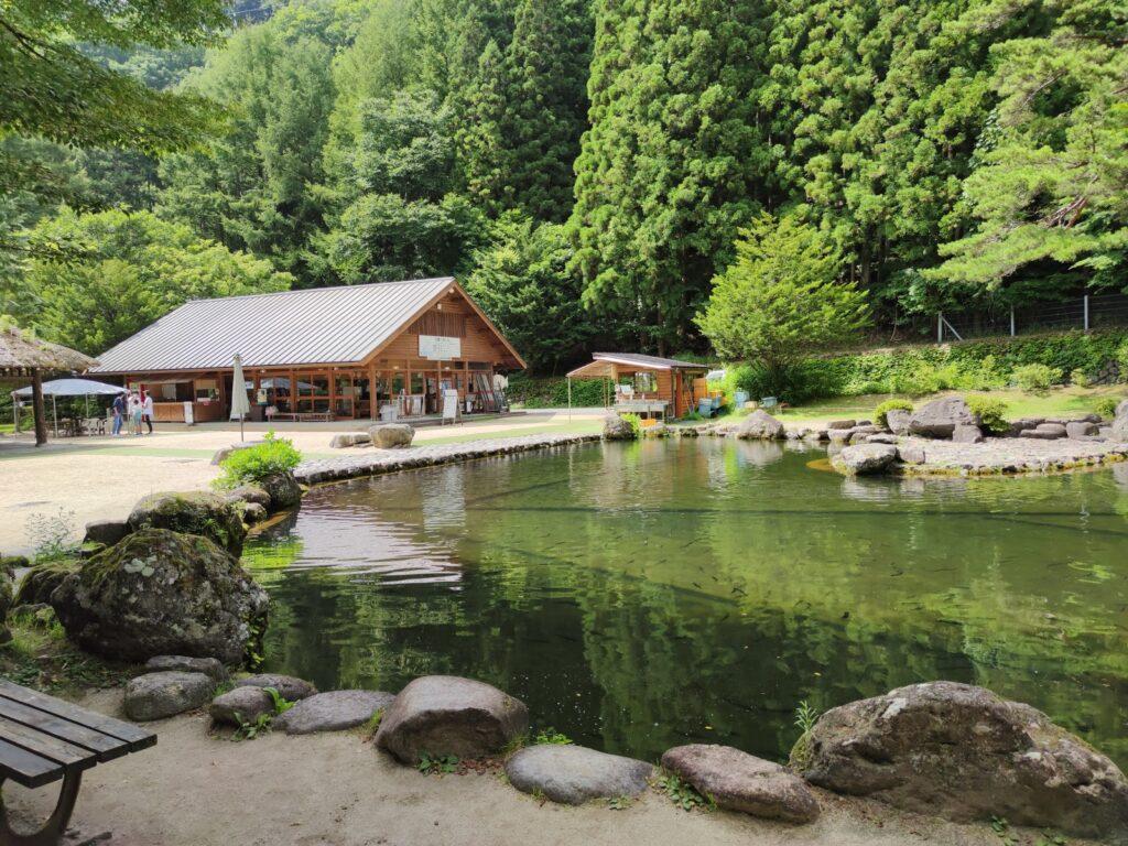 管理棟と池