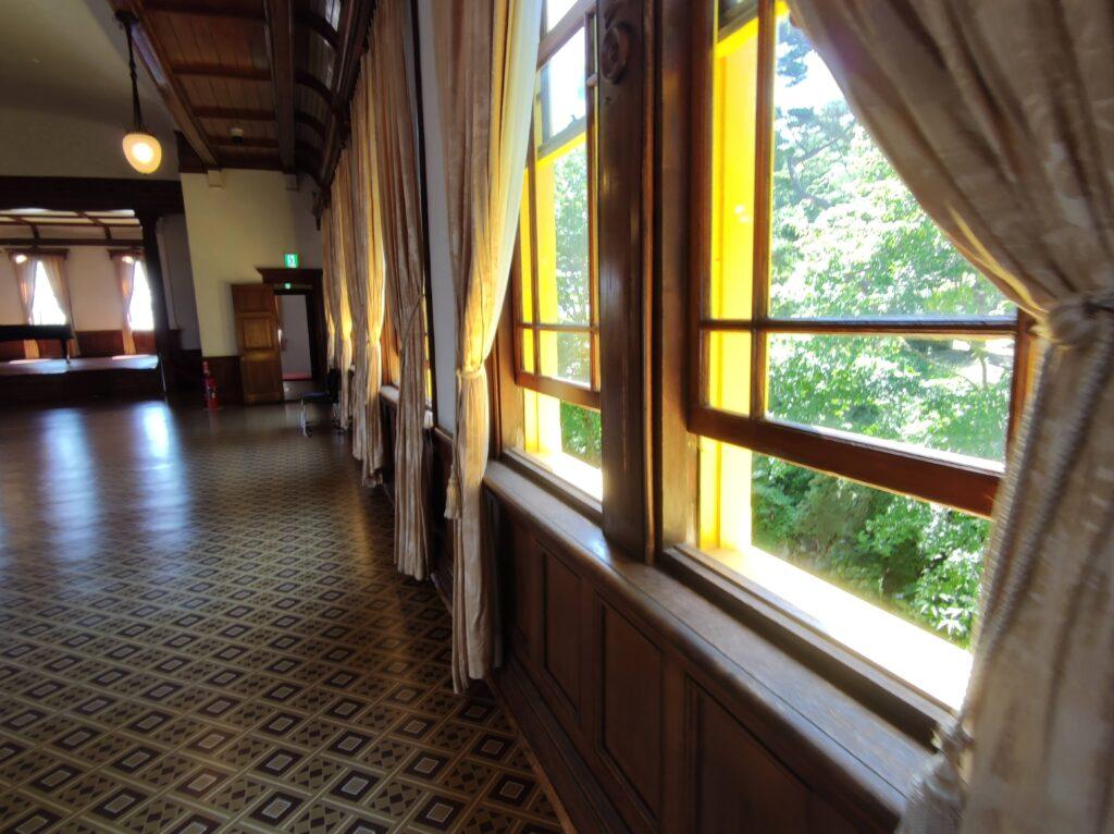 ホールの窓ガラス