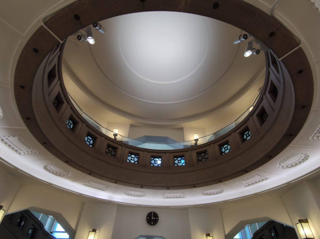 中央ホール吹き抜けの天井