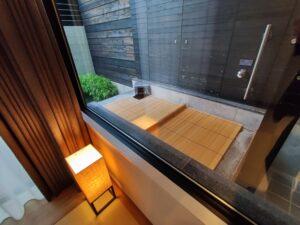 部屋の中から露天風呂