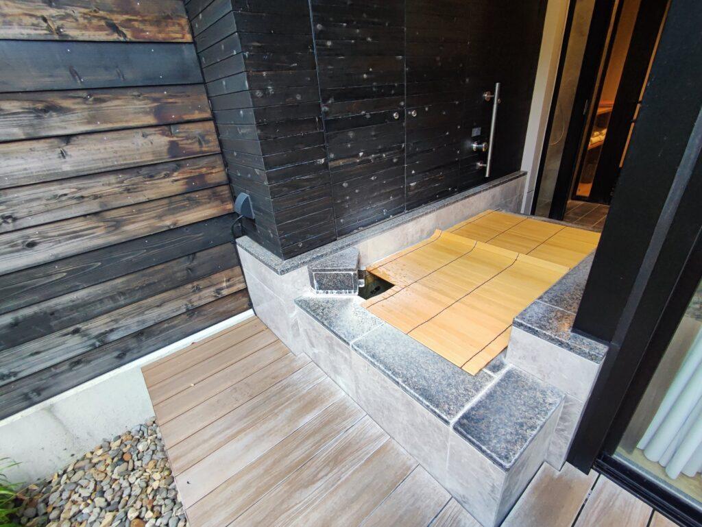 バルコニー側から露天風呂
